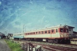 鉄骨の線路上の列車の写真・画像素材[2917165]