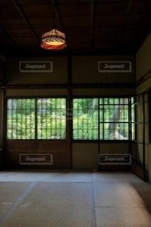 大きな窓のある部屋の写真・画像素材[2918335]