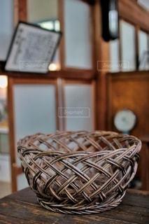 木のテーブルの上に座っている花瓶の写真・画像素材[2918341]