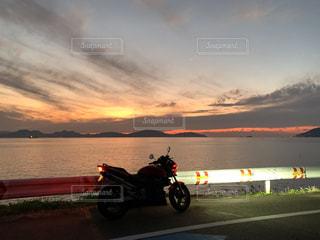 空,太陽,夕焼け,夕暮れ,バイク,水面,海岸,光,夕陽,オートバイ