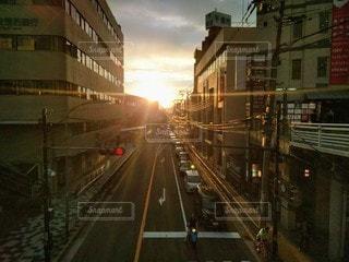 風景,空,建物,夕日,街並み,太陽,駅,夕焼け,夕暮れ,車,道路,都市,夕方,日差し,街,日没,光,都会,道,旅行,太陽光,夕陽,町,国道,通り,陽射し,沈む,車両,街道,都市景観,沈みゆく
