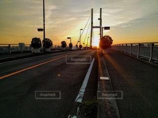 橋の向こうへ沈みゆく太陽の写真・画像素材[2898358]
