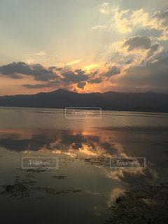 自然,空,夕日,湖,太陽,雲,夕焼け,夕暮れ,水面,山,反射,光