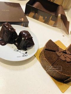 テーブルの上にチョコレートケーキを一つの写真・画像素材[2962592]