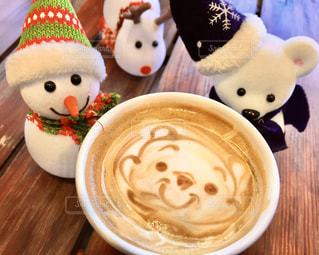 ぬいぐるみとコーヒー1杯のクローズアップの写真・画像素材[2891961]