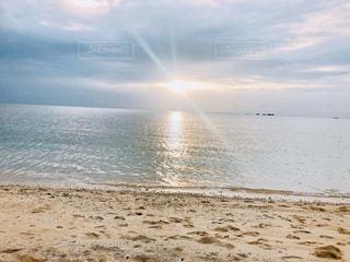 浜辺から見るサンセットの写真・画像素材[2890277]