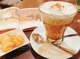 テーブルの上のコーヒーの写真・画像素材[2893614]