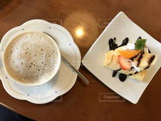 カフェラテとケーキで休憩の写真・画像素材[2897563]