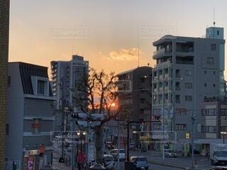 都会のビルの合間に見つけた夕日の写真・画像素材[4131323]