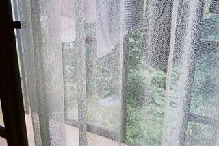 カーテン越しの洗濯物の写真・画像素材[4638298]
