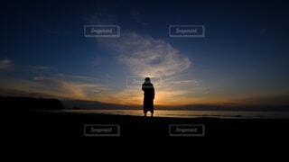 夕日を眺める人の写真・画像素材[4664991]