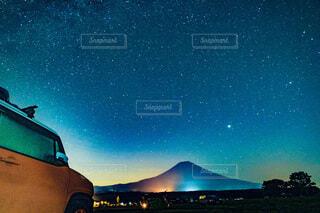 満点の星空と富士山を眺める愛車の写真・画像素材[4790561]