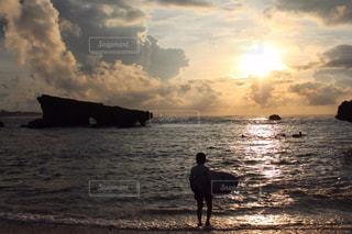 女性,1人,風景,海,空,夕日,太陽,サーフィン,ビーチ,海岸,光,夕陽