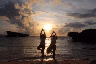 友だち,2人,海,空,スポーツ,太陽,ビーチ,夕暮れ,海岸,人物,人,運動,ヨガ,トレーニング,エクササイズ