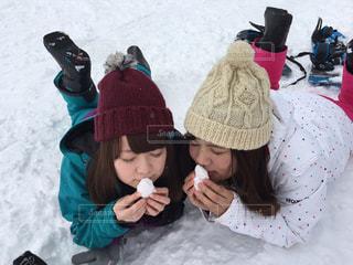 女性,子ども,家族,恋人,友だち,1人,2人,3人,5人以上,風景,アウトドア,スポーツ,雪,屋外,帽子,少女,仲良し,人物,人,スキー,幼児,スノボ,ゲレンデ,レジャー,ニット,少し