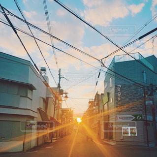 空,建物,屋外,太陽,光,通り