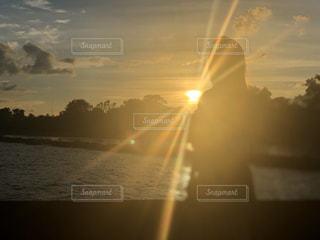 女性,友だち,自然,空,太陽,夕暮れ,光
