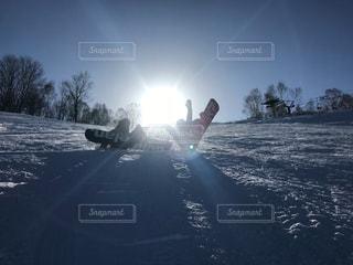 女性,友だち,自然,空,雪,太陽,光,スノーボード