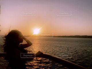 女性,1人,海,空,太陽,夕暮れ,船,光,人,旅行