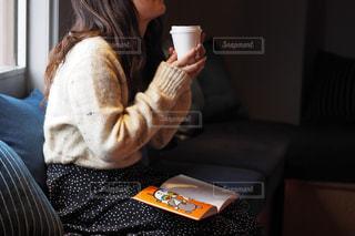 コーヒーを一杯持っている人の写真・画像素材[2893996]
