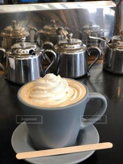 テーブルの上のコーヒー1杯の写真・画像素材[2894328]