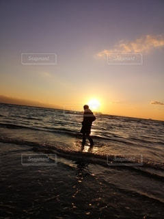 男性,1人,自然,海,空,屋外,太陽,夕暮れ,水面,海岸,光,人