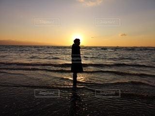 男性,1人,自然,風景,海,空,屋外,太陽,ビーチ,夕暮れ,水面,海岸,光,人