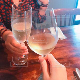 女性,2人,飲み物,ガラス,テーブル,人物,イベント,ワイン,グラス,乾杯,ドリンク,パーティー,手元