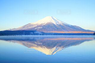 背景に富士山と水体の写真・画像素材[1225903]