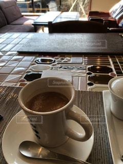 テーブルの上でコーヒーを一杯の写真・画像素材[2899843]