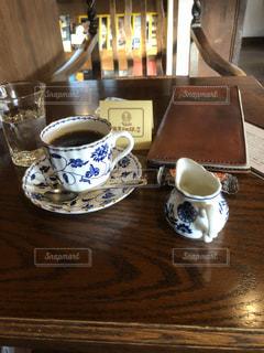 テーブルの上でコーヒーを一杯の写真・画像素材[2899842]