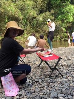 公園でフリスビーを演奏する人々のグループの写真・画像素材[2904465]