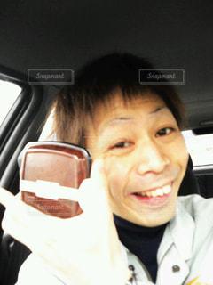 カメラに向かって微笑む人の写真・画像素材[2914412]