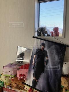 窓の前に立っている人の写真・画像素材[2932018]