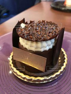 皿の上にチョコレートケーキを一枚置くの写真・画像素材[2932039]