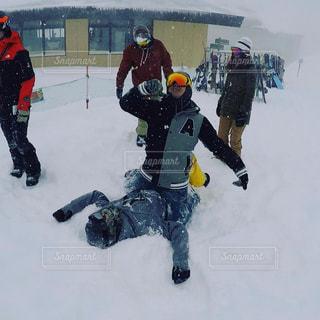 雪の中に立っている人々のグループの写真・画像素材[2944518]