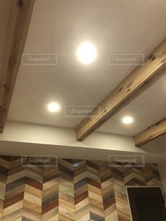 建物を背景にした天井灯のクローズアップの写真・画像素材[2944724]