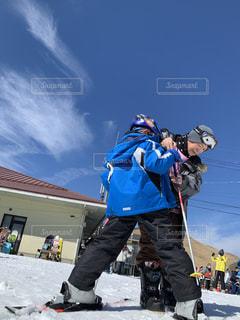 子ども,家族,アウトドア,空,スポーツ,雪,人物,人,スキー,ゲレンデ,レジャー,ヘルメット,スノーボード,斜面