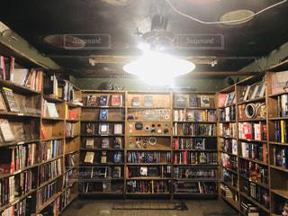 本でいっぱいの本棚のある部屋の写真・画像素材[2903404]