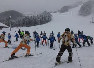 風景,アウトドア,スポーツ,雪,屋外,雪山,山,レース,人物,人,スキー,ゲレンデ,レジャー,スキー場,リフト,スノーボード,斜面,レッスン,指導,ライン,クロス,履物,ウインタースポーツ