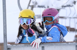 アウトドア,スポーツ,雪,屋外,人物,人,スキー,ゲレンデ,レジャー,ヘルメット,スキー場,リフト,ツーショット,スキー教室,個人用保護具