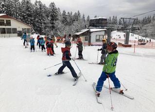 アウトドア,空,スポーツ,雪,屋外,晴れ,楽しい,人物,スキー,ゲレンデ,レジャー,スキー場,リフト,スノーボード,斜面,履物,ウインタースポーツ,子供達,スケート リンク,スキーヤー,アイス スケート,スキー教室