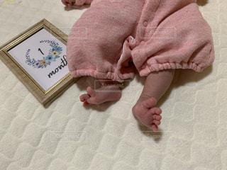 赤ん坊を抱いた手の写真・画像素材[2906405]