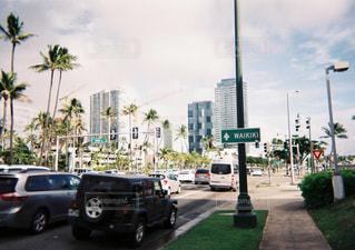 街の通りを走る車の写真・画像素材[2906672]