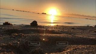 夕陽に照らされる砂浜の写真・画像素材[2906693]