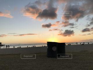 ゴミ箱に入る太陽の写真・画像素材[2906730]