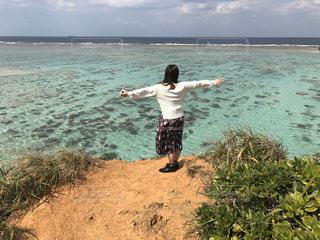 海を望む女性の写真・画像素材[2906699]