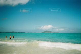 ビーチと小島の写真・画像素材[2906704]