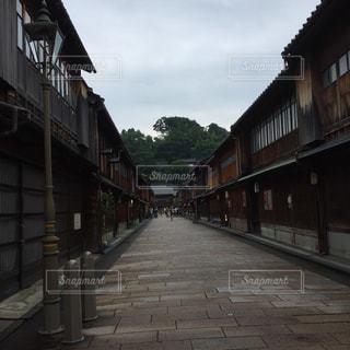 れんが造りの建物の前の狭い通りの写真・画像素材[1039003]