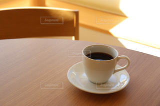 テーブルでコーヒーを一杯の写真・画像素材[2908575]